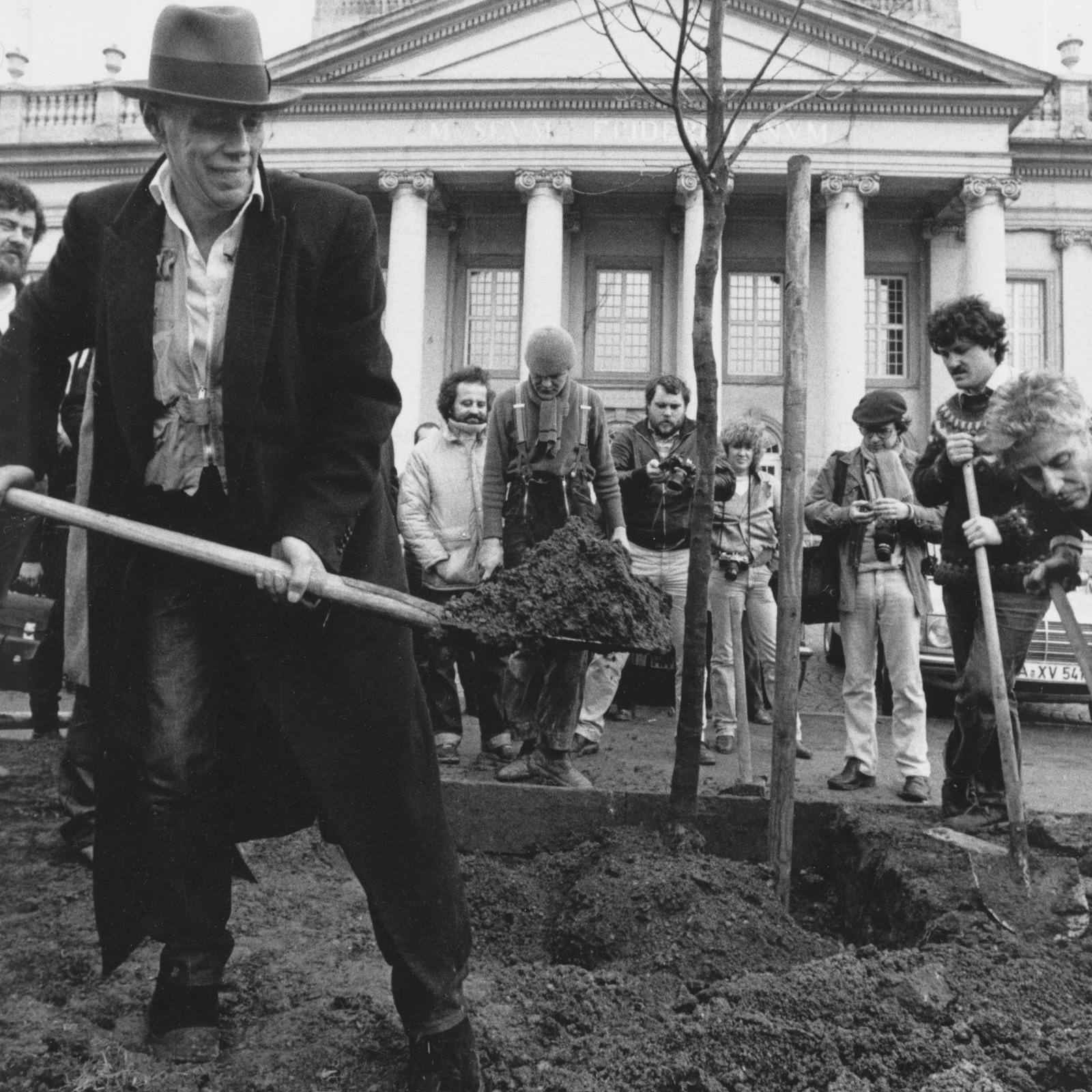 Joseph Beuys pflanzt 1982 eine der ersten von insgesamt 7000 Eichen.