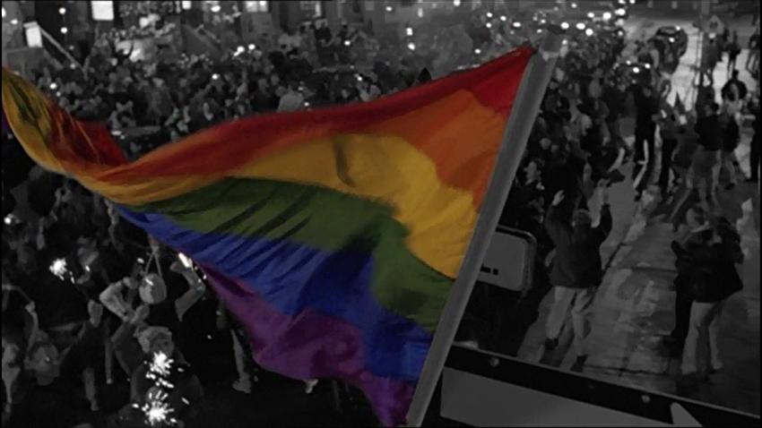 Die LGBTIQ-Gemeinschaft erobert nach der Wahlniederlage des konservativen Kandidaten ihr Viertel zurück (Staffel 3, Folge 14).