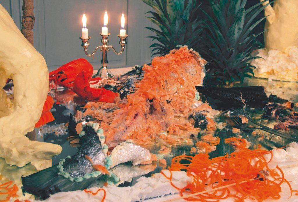 Alhäuser, Sonja. 2006. Emsrausch. Butterskulpturen, Meeresfrüchte, diverse Lebensmittel, Überwachungskamera, Miniaturaquarelle (Foto: Carsten Gliese, Köln; VG BildKunst Bonn)