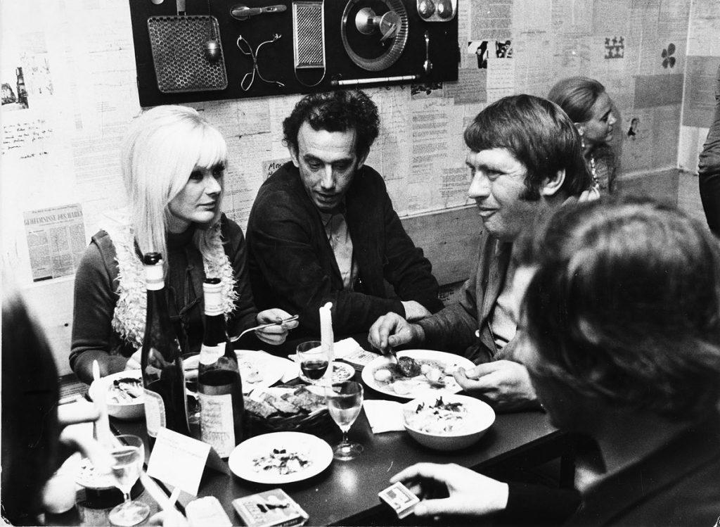 Daniel Spoerri (2. v. l.) in seinem Restaurant, 1968.